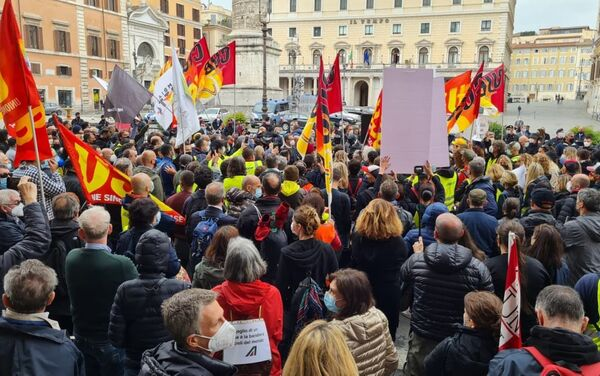 Tensioni con la polizia durante la manifestazione dei lavoratori Alitalia a Roma - Sputnik Italia