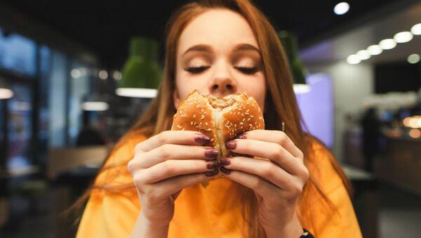 Девушка ест бургер - Sputnik Italia