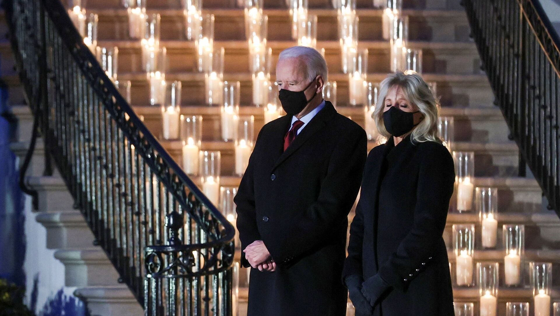 U.S. President Joe Biden and his wife Jill Biden attend a moment of silence and candle lighting ceremony to commemorate the grim milestone of 500,000 U.S. deaths from the coronavirus disease (COVID-19) at the White House in Washington, U.S., February 22, 2021.  - Sputnik Italia, 1920, 30.04.2021