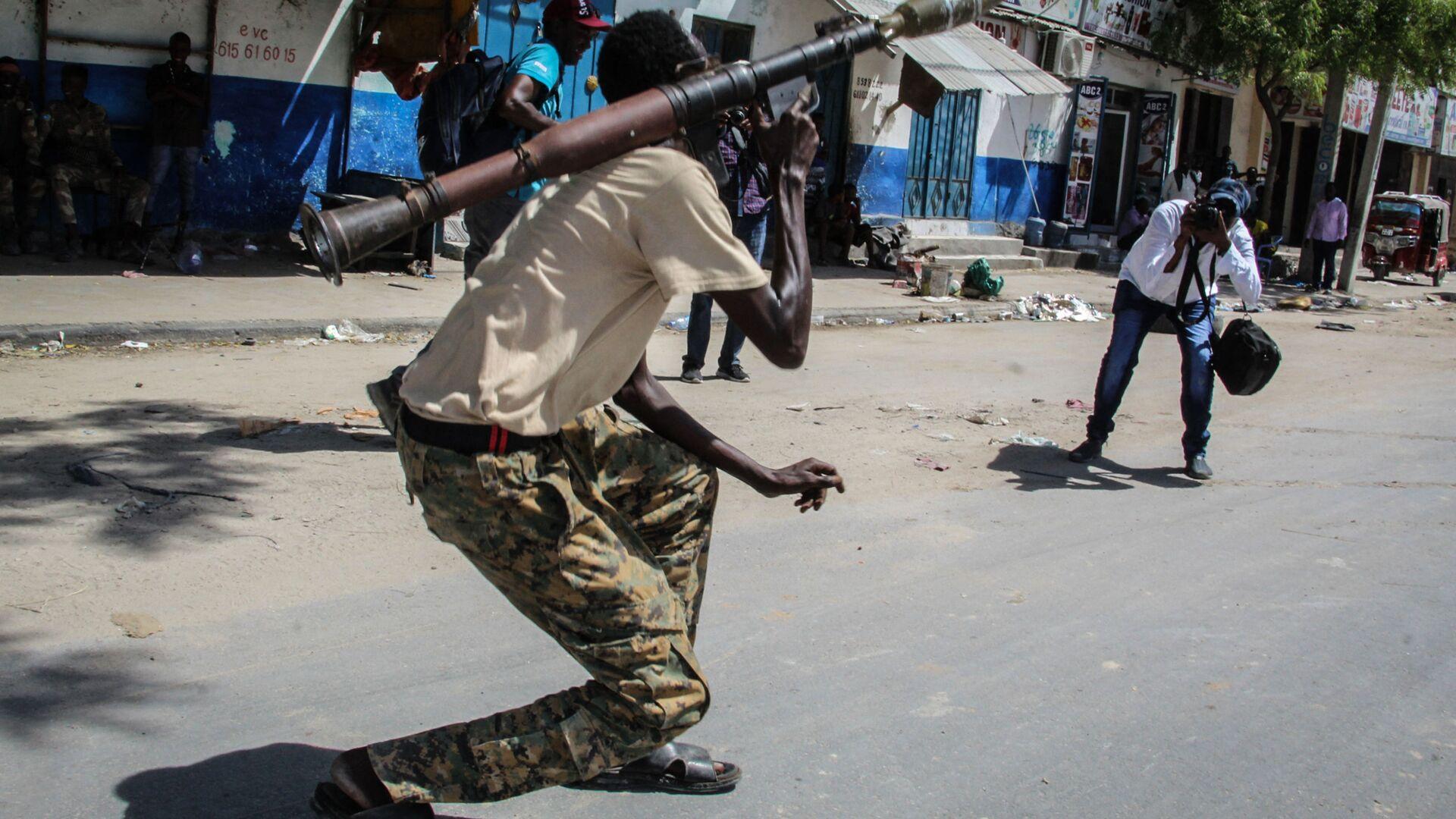 Военнослужащий сомалийских вооруженных сил на улице в Могадишо, Сомали - Sputnik Italia, 1920, 25.09.2021