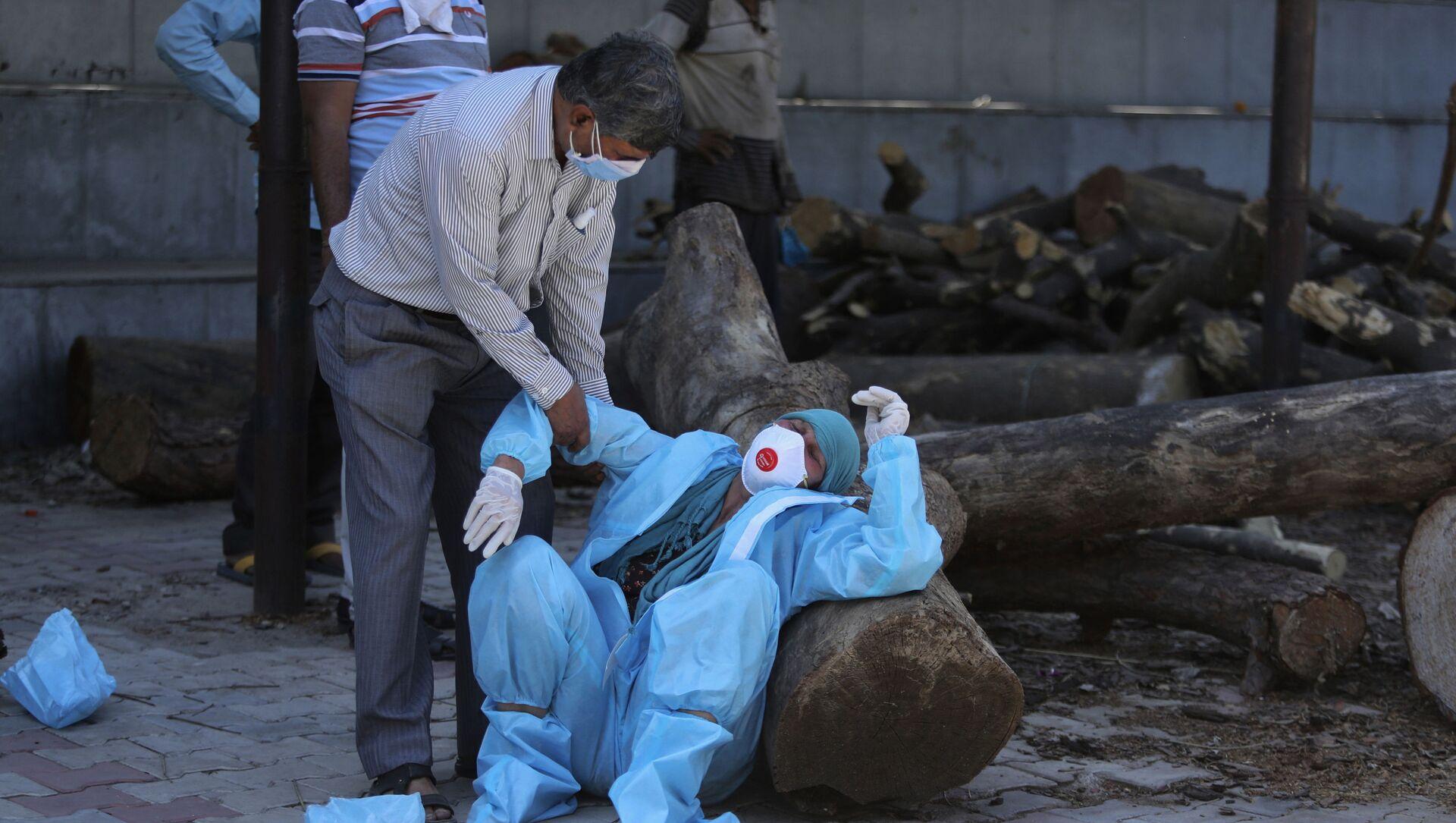 Parente di un uomo morto di COVID-19 collassa durante la cremazione a Jammu, in India - Sputnik Italia, 1920, 03.05.2021