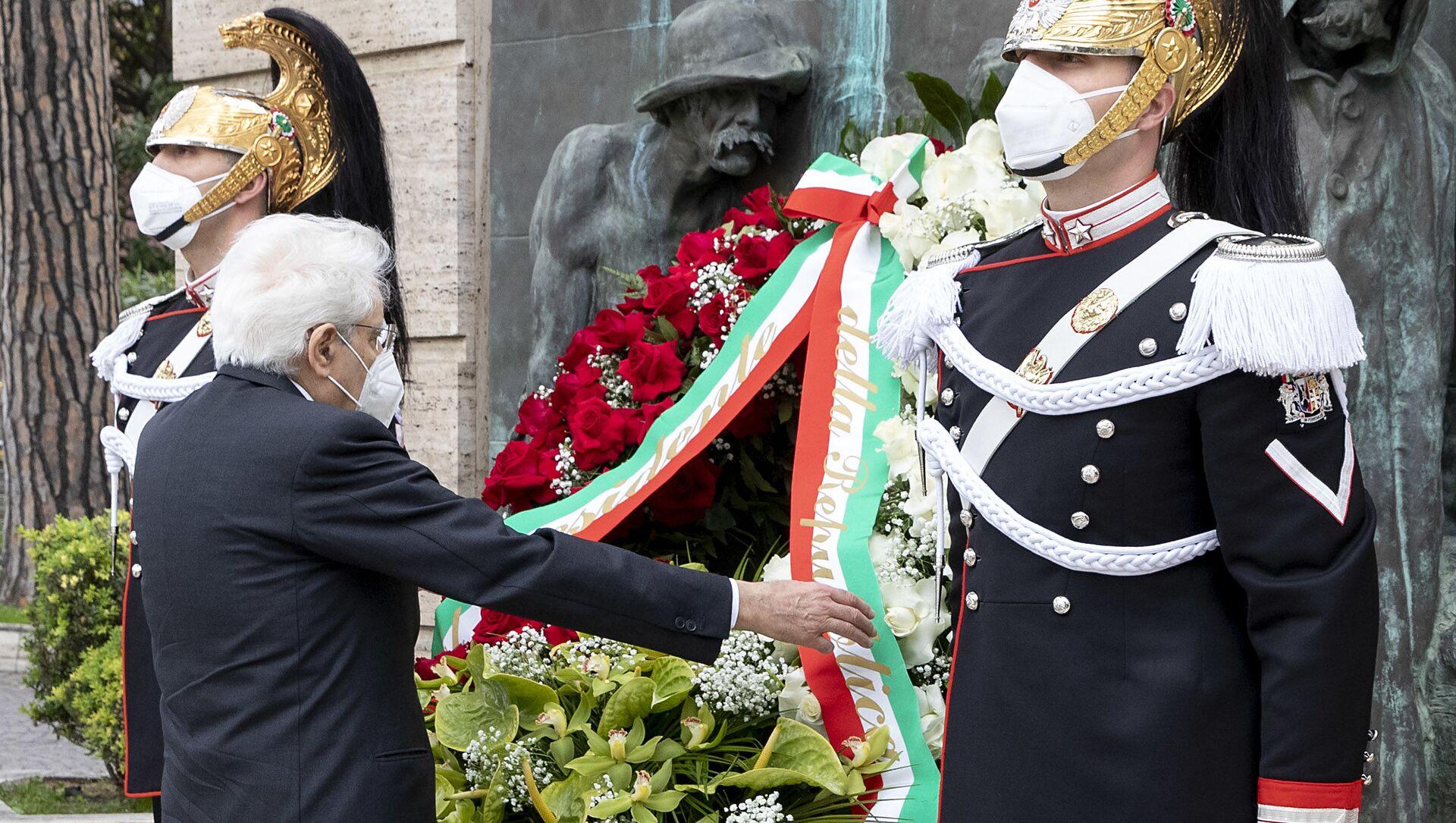 Il presidente della Repubblica Sergio Mattarella depone una corona di fiori ai caduti del Lavoro per il Primo Maggio - Sputnik Italia, 1920, 01.05.2021