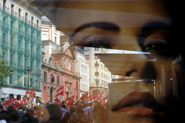 Sventolio di bandiere durante una manifestazione in occasione della Giornata internazionale del Lavoro a Madrid, Spagna - Sputnik Italia