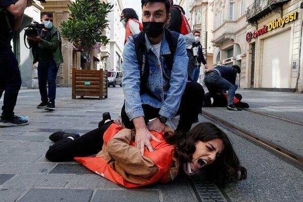 Gli agenti della polizia in borghese fermano i manifestanti che hanno violato il lockdown a Istanbul, Turchia - Sputnik Italia