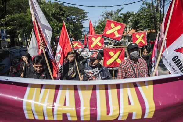 Gli attivisti organizzano una protesta in occasione del 1 Maggio a Surabaya, Indonesia - Sputnik Italia