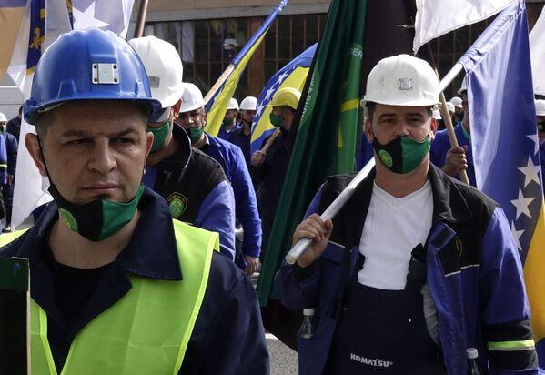 I minatori con bandiere bosniache partecipano a una marcia in occasione della Giornata internazionale del Lavoro a Sarajevo, Bosnia - Sputnik Italia