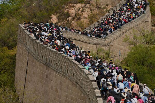 Le persone visitano la Grande Muraglia Cinese durante la Giornata del Lavoro a Pechino, Cina - Sputnik Italia