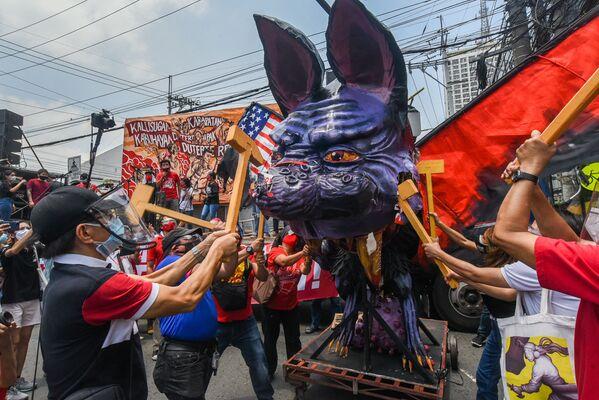 I manifestanti distruggono un fantoccio del presidente filippino Rodrigo Duterte durante una protesta in occasione della Giornata internazionale del Lavoro a Manila, nelle Filippine - Sputnik Italia