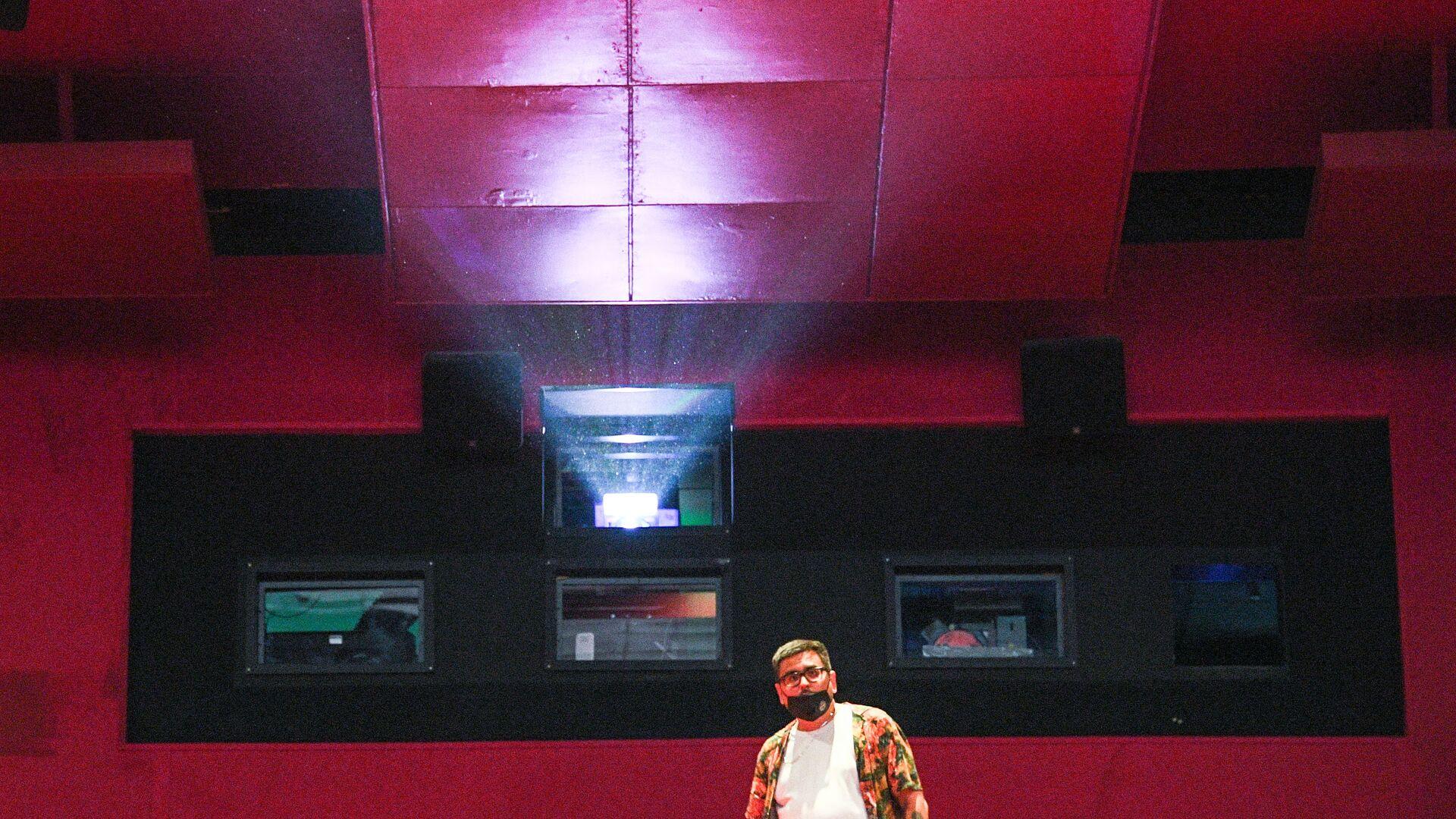 Proiettore in una sala del cinema - Sputnik Italia, 1920, 02.05.2021