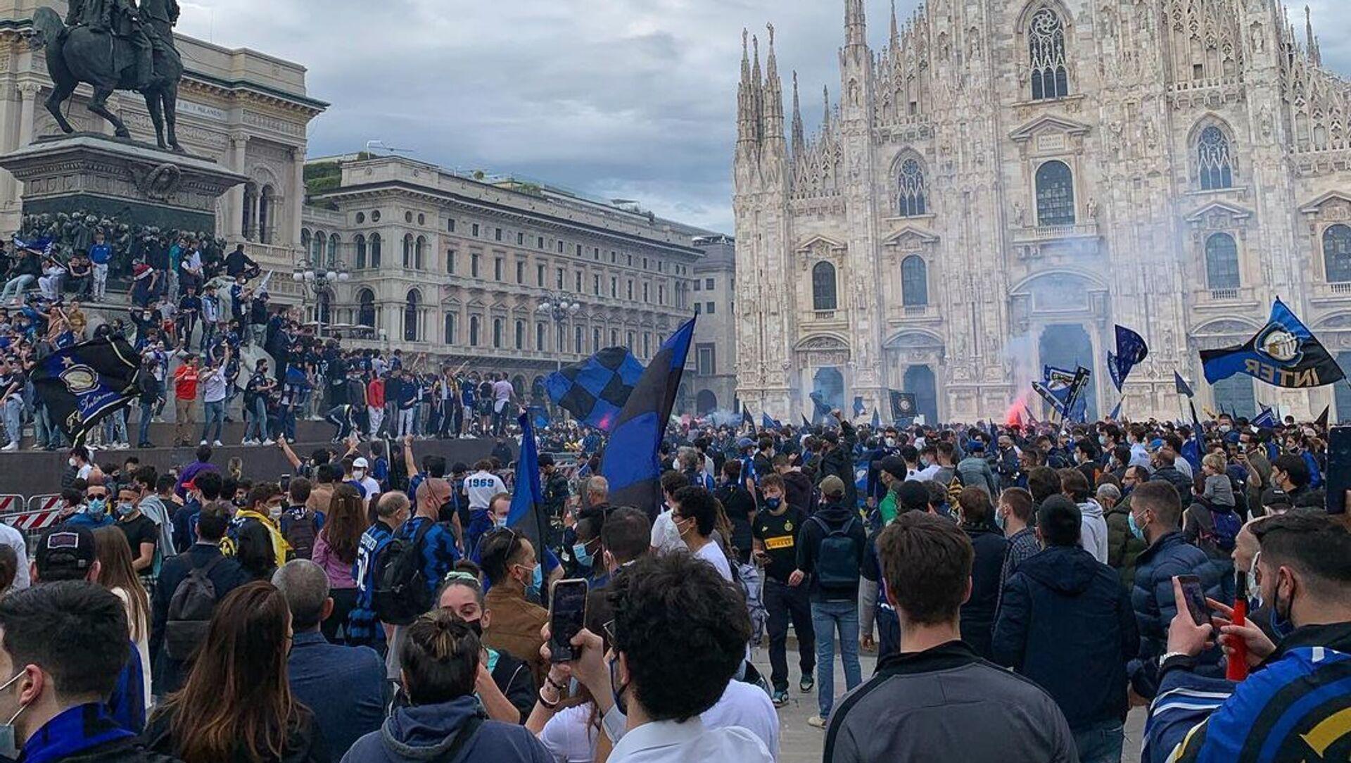 I tifosi interisti festeggiano lo scudetto in piazza Duomo - Sputnik Italia, 1920, 02.05.2021