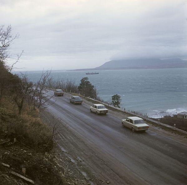 Auto Fiat 124 durante le prove su strada nella città di Krasnodar, 1968 - Sputnik Italia