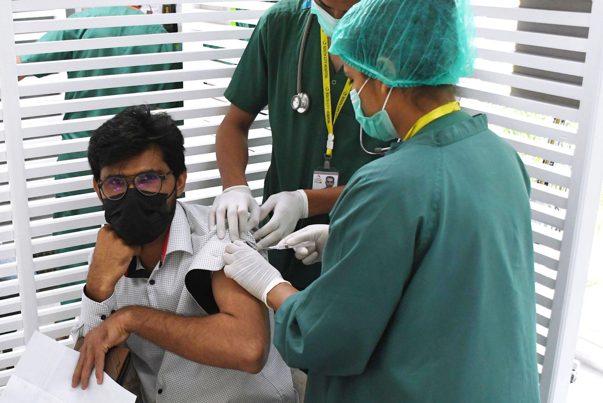 Un giovane viene vaccinato contro il Covid 19 - Sputnik Italia, 1920, 18.05.2021