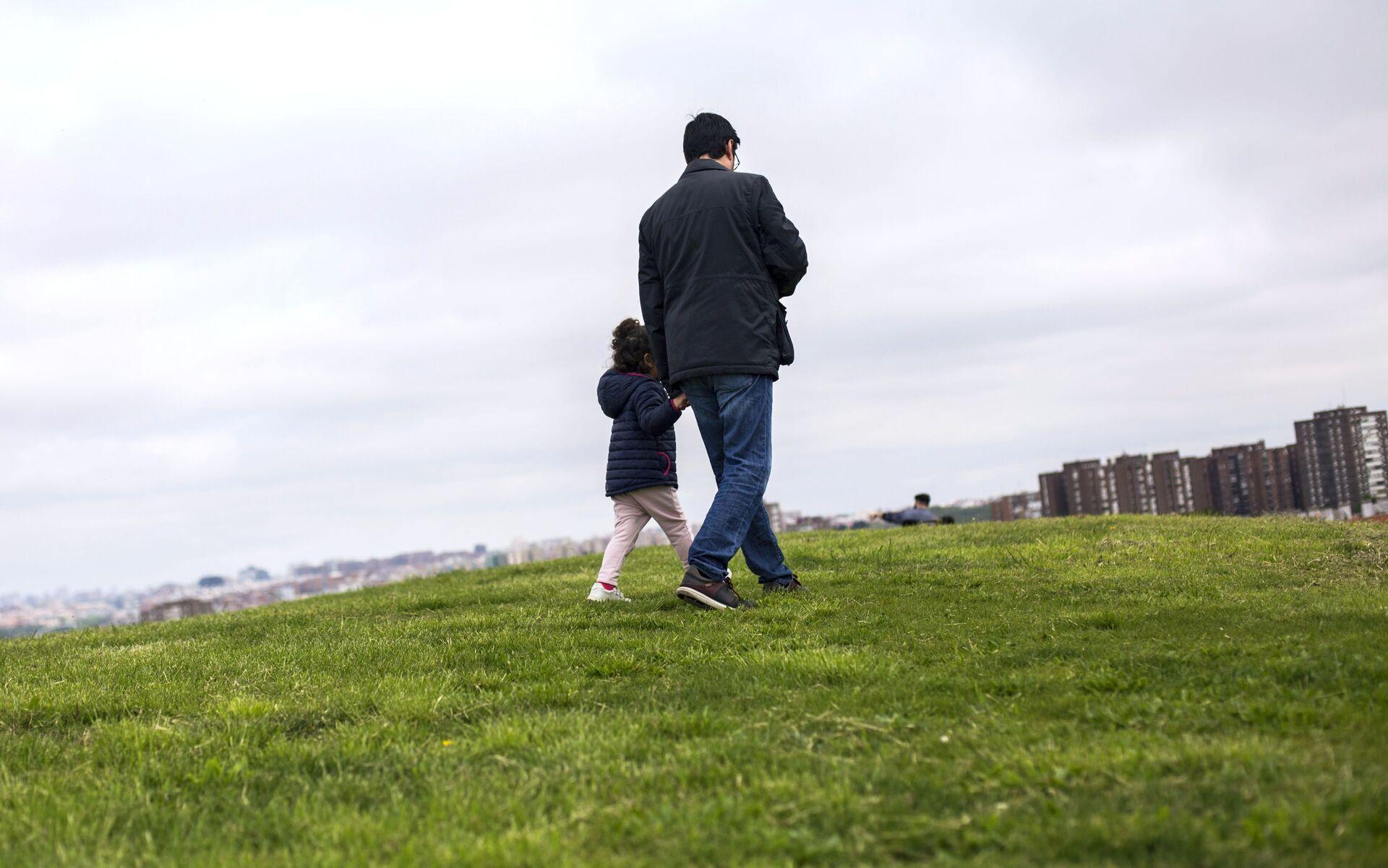 Padre con sua figlia in un parco - Sputnik Italia, 1920, 18.05.2021