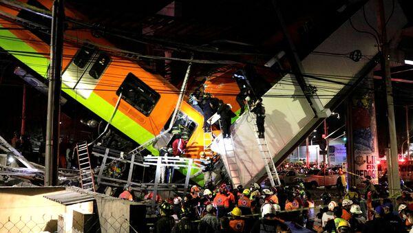 Soccorritori sul luogo del crollo del ponte della metropolitana - Sputnik Italia