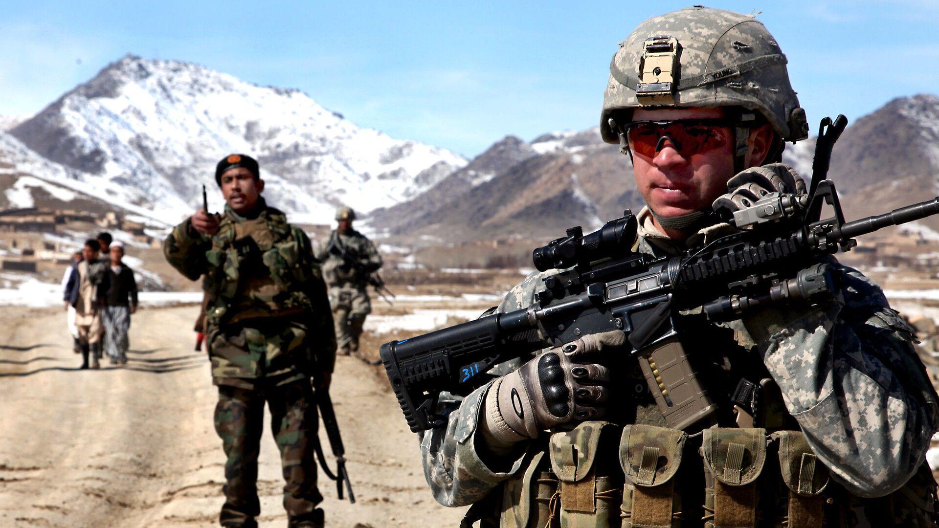 Un soldato dell'esercito degli Stati Uniti pattuglia con soldati afghani per verificare le condizioni nel villaggio di Yawez nella provincia di Wardak, Afghanistan, 17 febbraio 2010 - Sputnik Italia, 1920, 18.05.2021