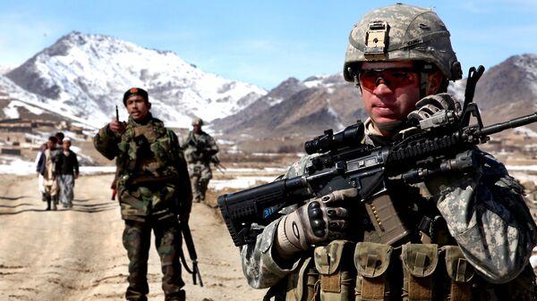 Un soldato dell'esercito degli Stati Uniti pattuglia con soldati afghani per verificare le condizioni nel villaggio di Yawez nella provincia di Wardak, Afghanistan, 17 febbraio 2010 - Sputnik Italia