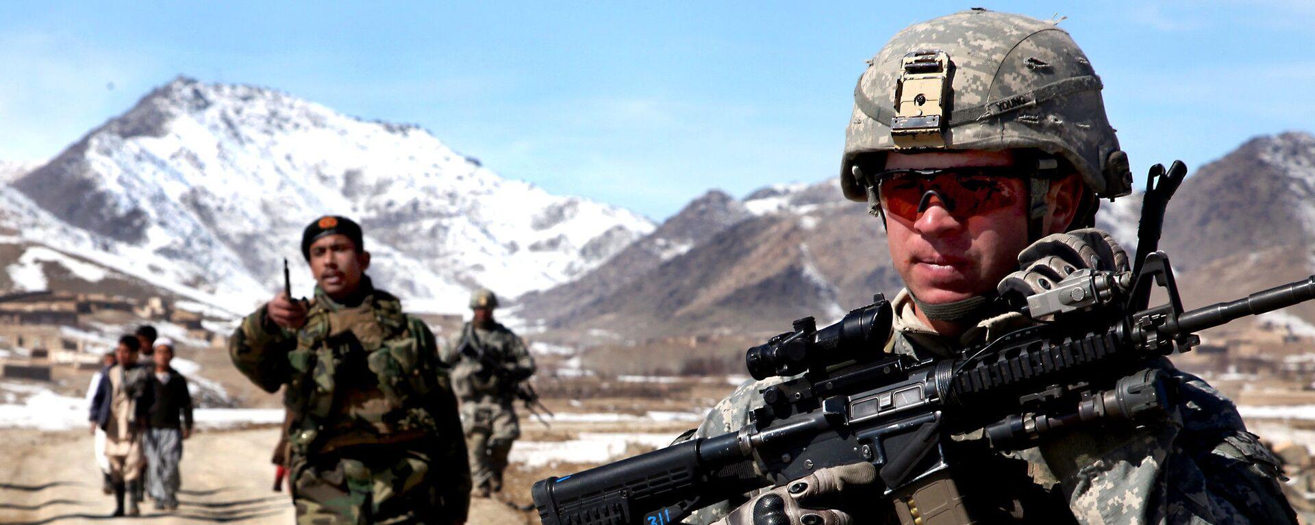 Un soldato dell'esercito degli Stati Uniti pattuglia con soldati afghani per verificare le condizioni nel villaggio di Yawez nella provincia di Wardak, Afghanistan, 17 febbraio 2010 - Sputnik Italia, 1920, 05.07.2021