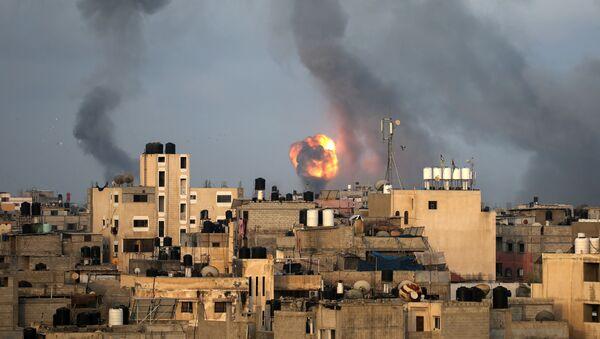 Il fumo dopo il bombardamento della Striscia di Gaza da parte di Israele - Sputnik Italia