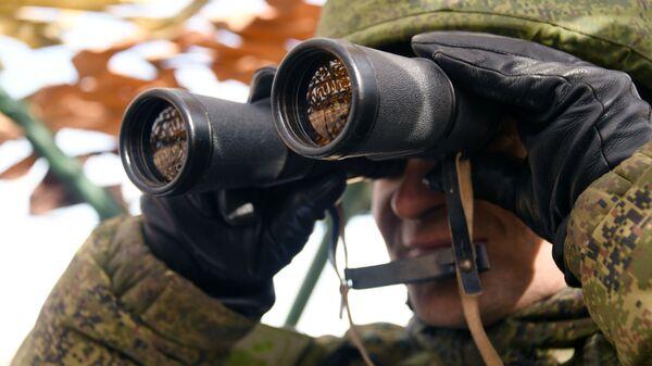 Un militare osserva il territorio con un binocolo - Sputnik Italia