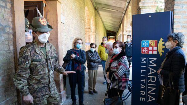 Il generale Figliuolo in una delle sue visite ai centri vaccinali - Sputnik Italia