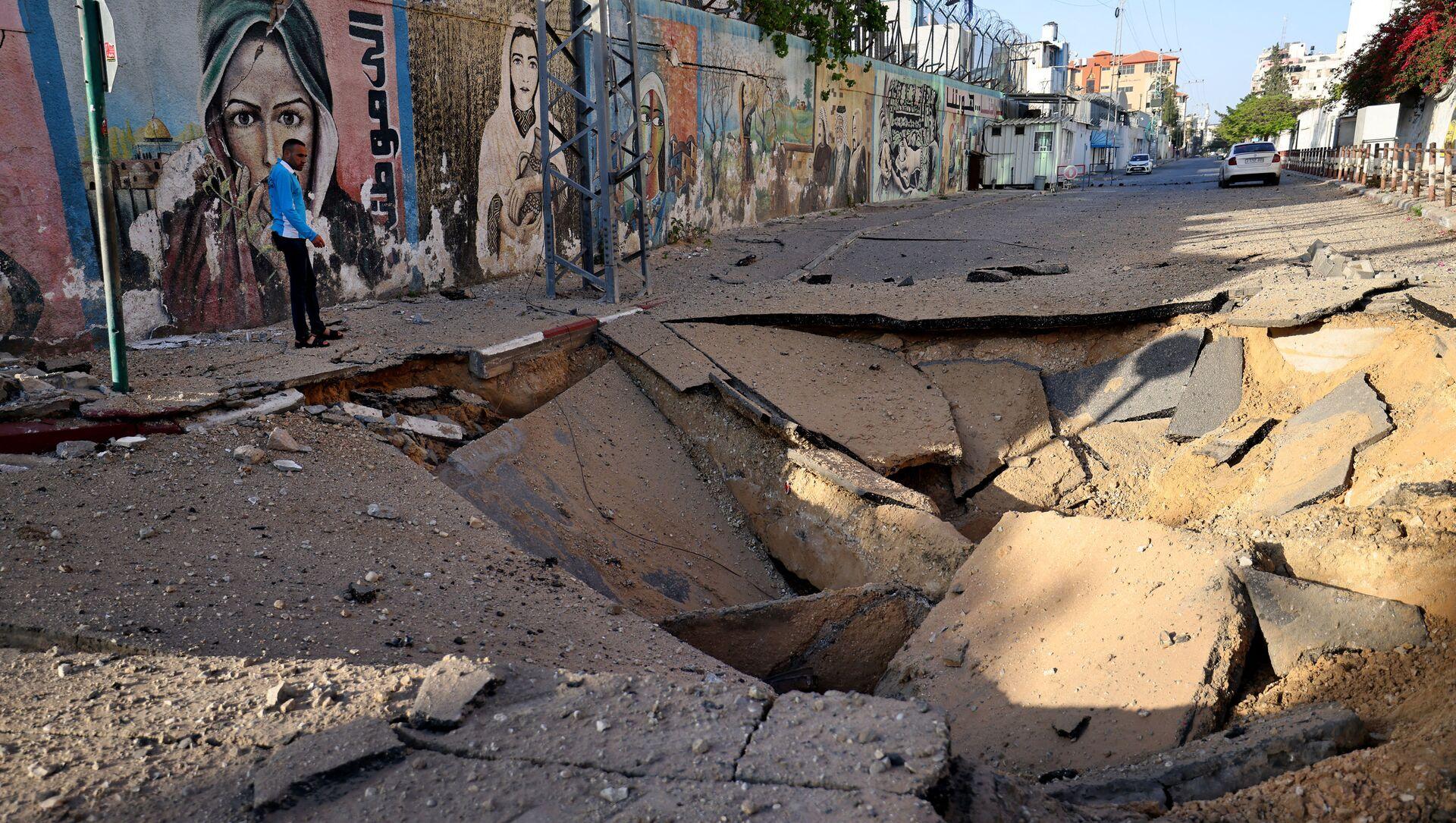 Una strada colpita da un razzo a Gaza - Sputnik Italia, 1920, 12.05.2021