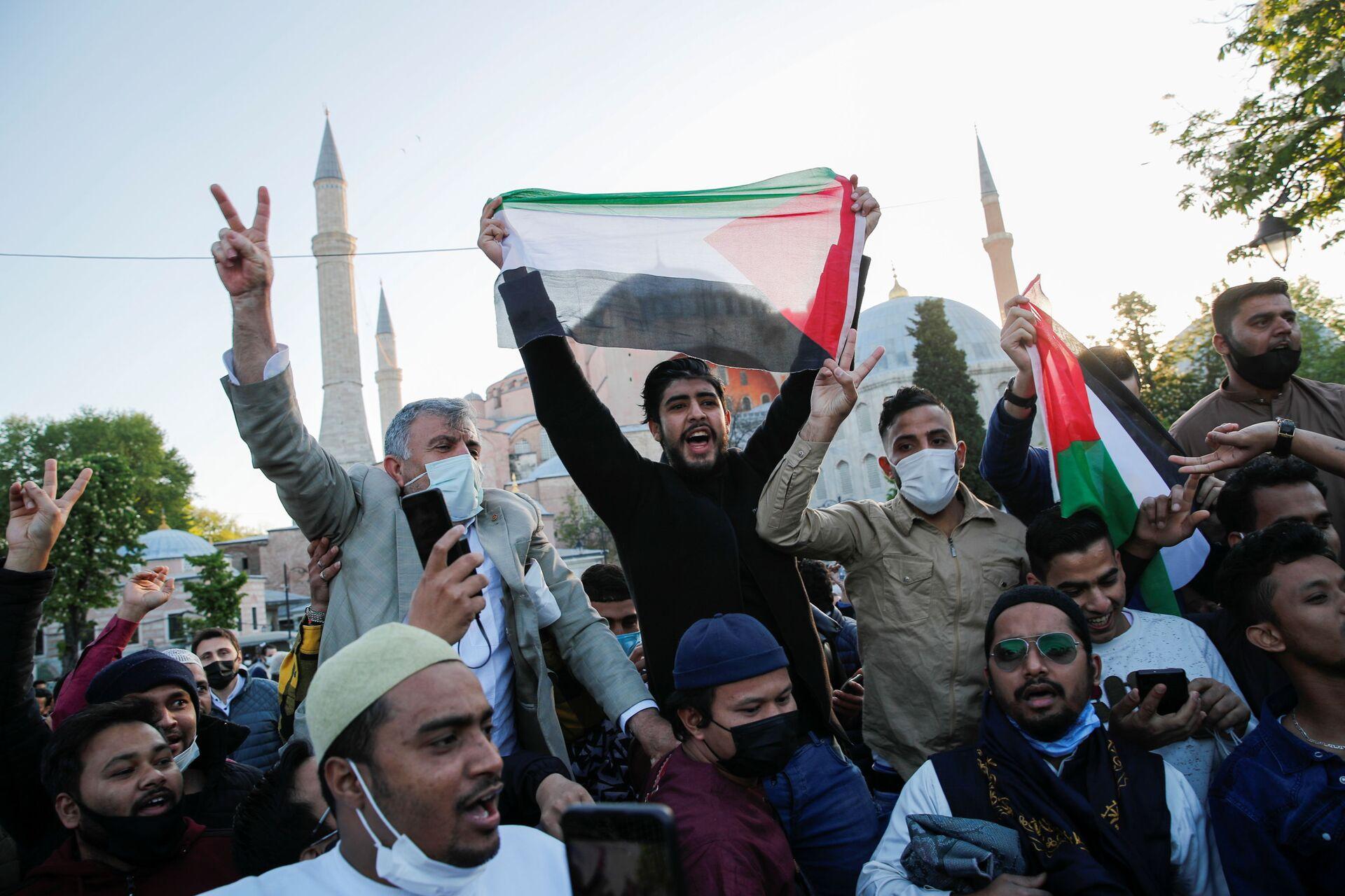 Le persone gridano slogan in solidarietà con il popolo palestinese dopo aver partecipato alla preghiera di Eid Al Fitr, che segna la fine del digiuno sacro del mese di Ramadan, vicino alla Grande Moschea di Santa Sofia - Sputnik Italia, 1920, 18.05.2021