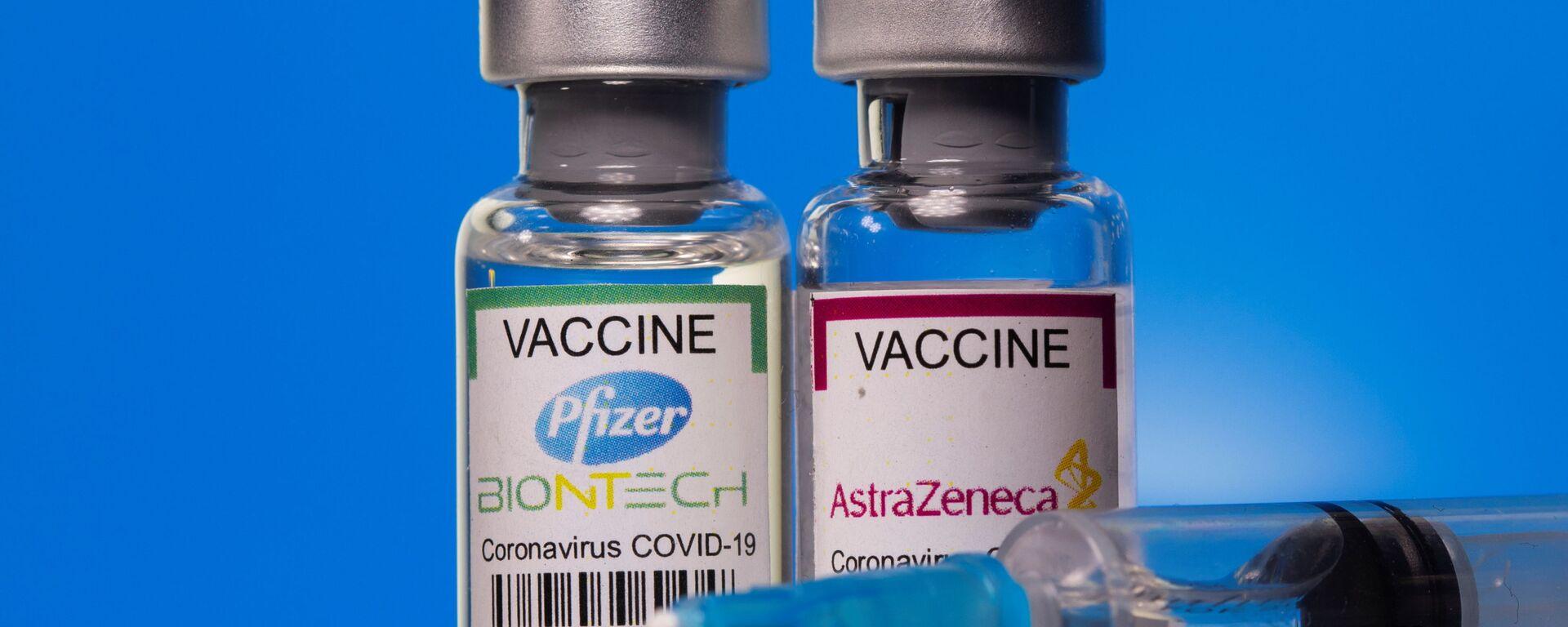 Fiale con vaccini anti-COVID Pfizer ed AstraZeneca - Sputnik Italia, 1920, 06.08.2021