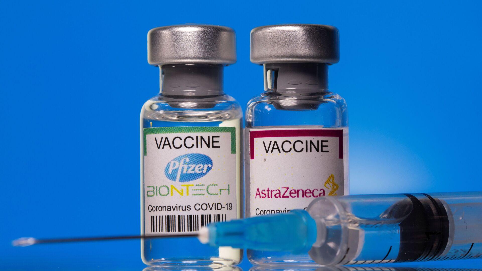 Fiale con vaccini anti-COVID Pfizer ed AstraZeneca - Sputnik Italia, 1920, 02.07.2021