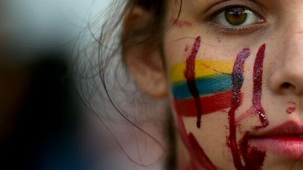 Студентка во время антиправительственных протестов в Кали, Колумбия - Sputnik Italia
