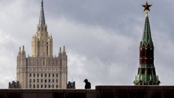 A man walks in front of a tower of the Kremlin and the Russian Foreign Ministry building in central Moscow on September 10, 2020. - Sputnik Italia