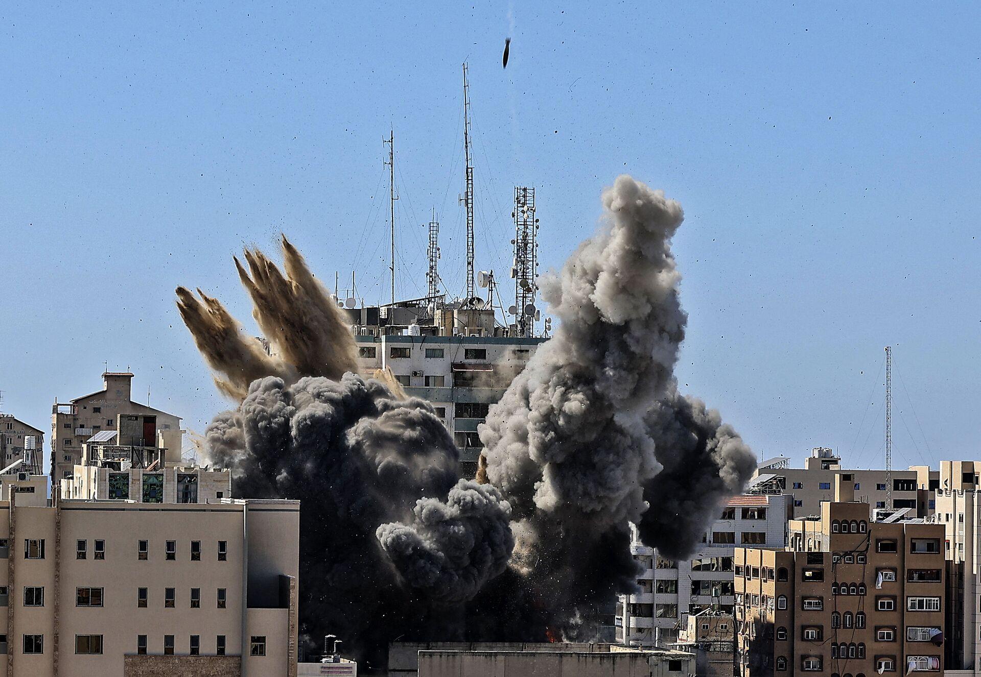 Raid israeliano su Gaza distrugge edificio Al-Jalaa con uffici dei media internazionali - Sputnik Italia, 1920, 21.05.2021