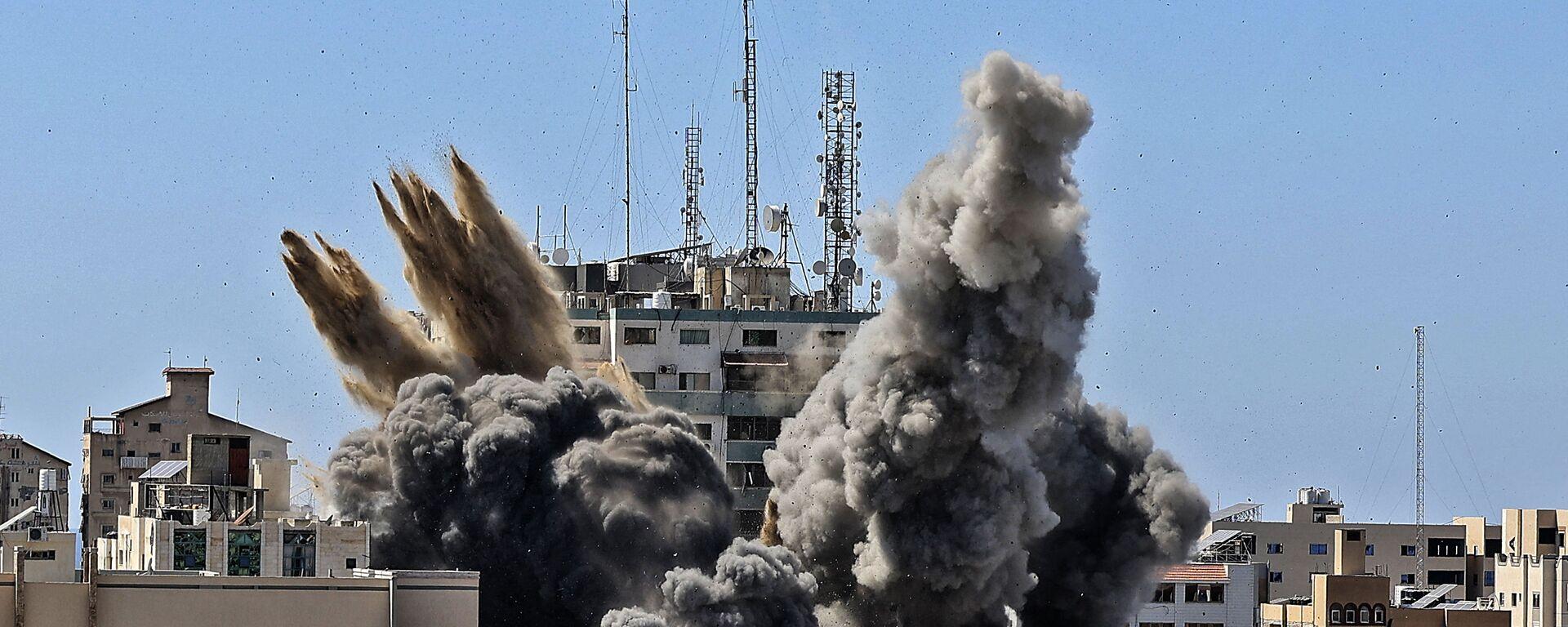Raid israeliano su Gaza distrugge edificio Al-Jalaa con uffici dei media internazionali - Sputnik Italia, 1920, 15.05.2021