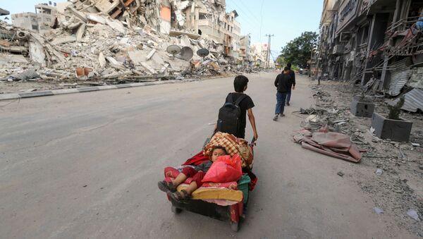 Палестинцы покидают свой дом во время израильских воздушных и артиллерийских ударов в секторе Газа - Sputnik Italia