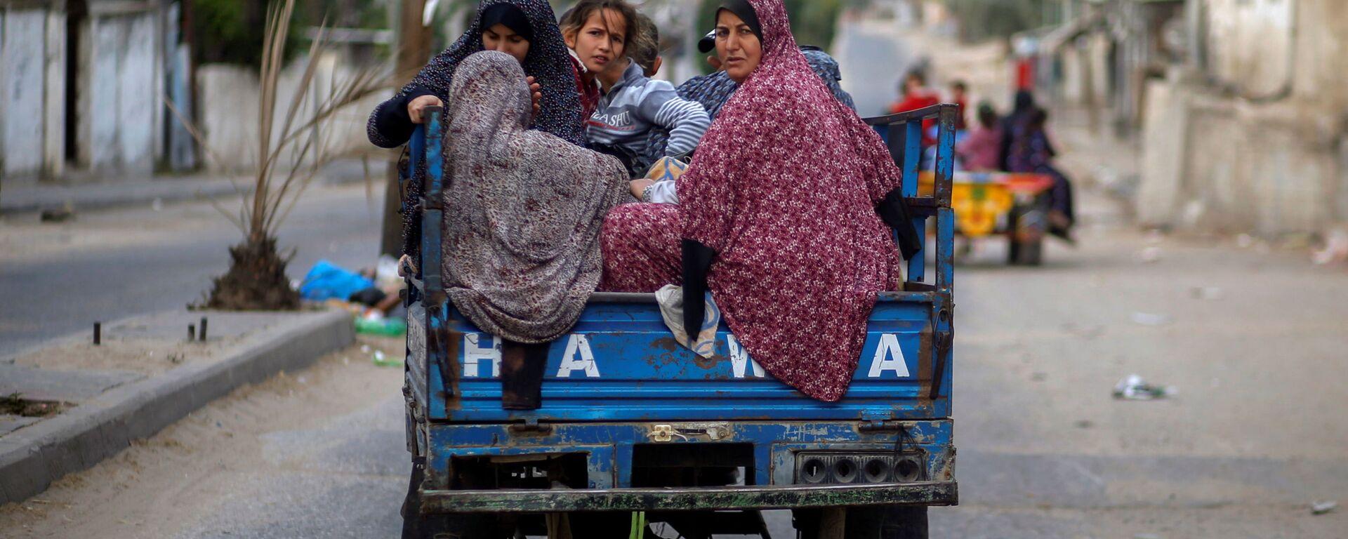 I palestinesi in risciò in fuga dalle loro case a causa degli attacchi aerei israeliani nella Striscia di Gaza, 14 maggio 2021 - Sputnik Italia, 1920, 16.05.2021