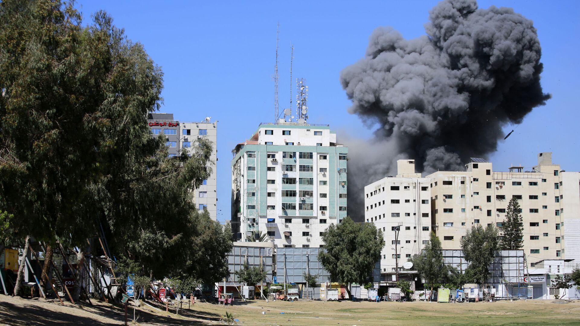 Fumo sopra un edificio nella Striscia di Gaza dopo un attacco aereo israeliano - Sputnik Italia, 1920, 17.05.2021