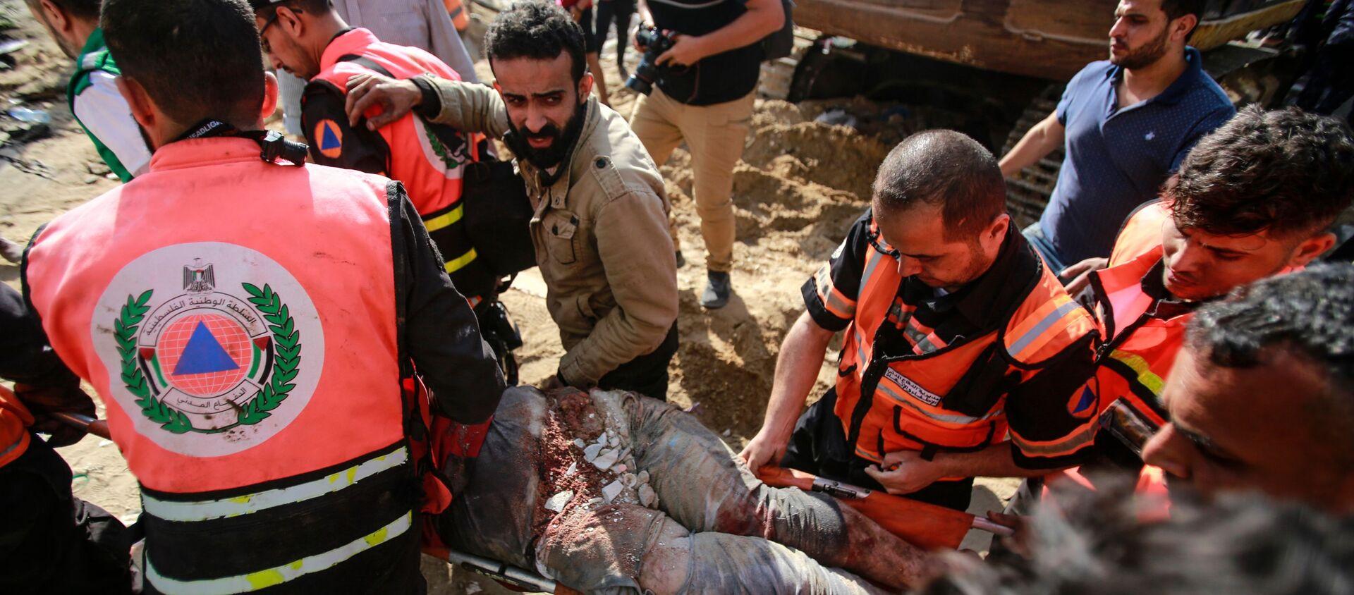 I soccorritori tirano fuori le persone dalle macerie dopo un attacco aereo israeliano - Sputnik Italia, 1920, 16.05.2021