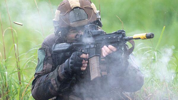 Французский солдат на военных учениях армий Японии, Франции и США на японском острове Кюсю  - Sputnik Italia