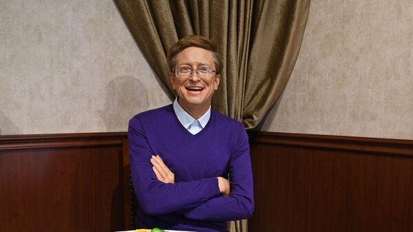 Bill Gates (di cera) seduto a tavola senza compagna - Sputnik Italia