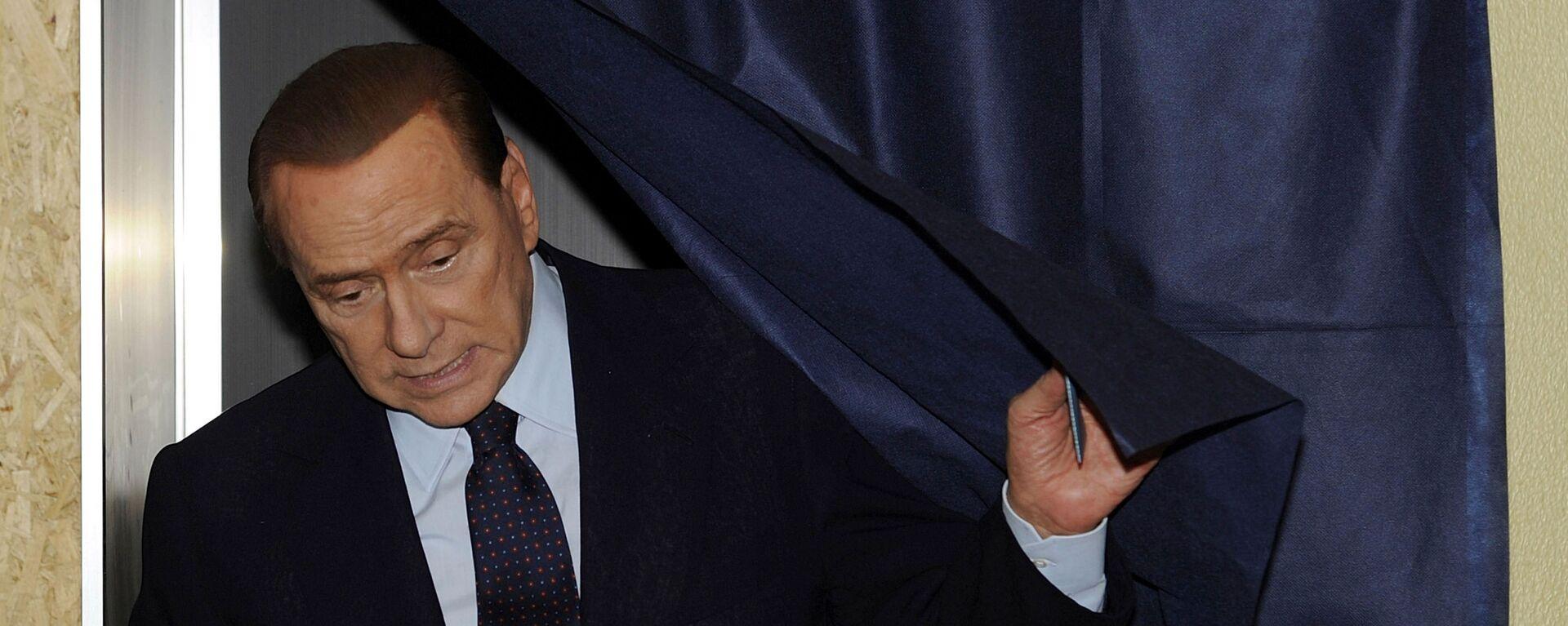 L'ex premier italiano Silvio Berlusconi vota in un seggio elettorale a Milano, 29 maggio, 2011 - Sputnik Italia, 1920, 22.08.2021