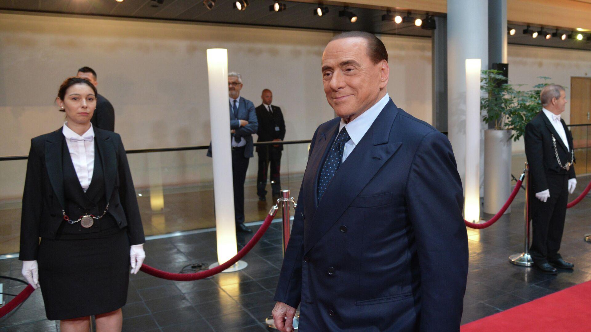 L'ex primo ministro italiano Silvio Berlusconi prima della cerimonia d'addio dell'ex cancelliere tedesco Helmut Kohl al Parlamento europeo, 1 luglio 2017 - Sputnik Italia, 1920, 01.09.2021