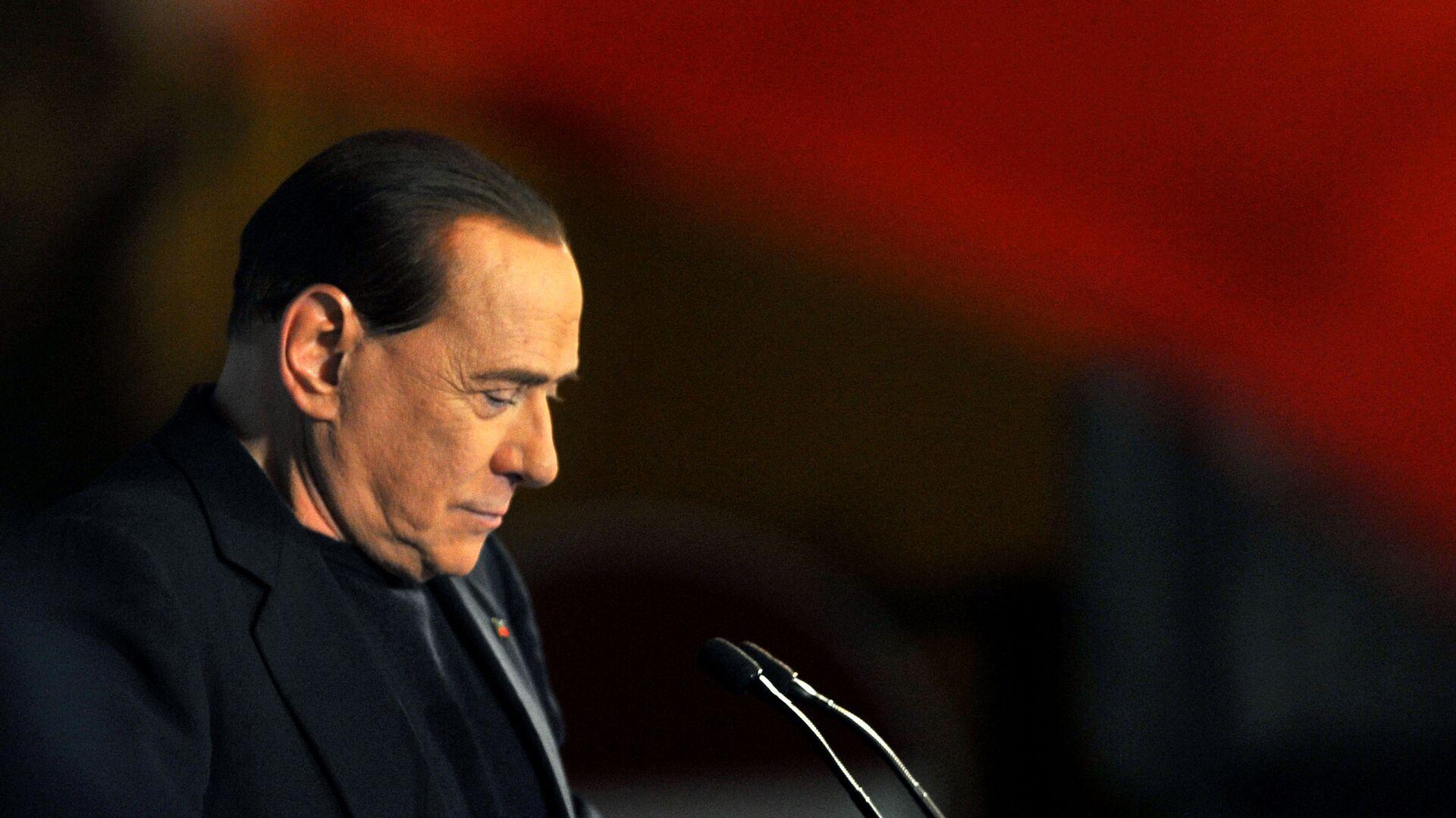 L'ex primo ministro italiano Silvio Berlusconi pronuncia un discorso fuori dalla sua residenza privata a Roma, Palazzo Grazioli, dopo la sua espulsione dal Senato, 27 novembre 2013 - Sputnik Italia, 1920, 26.05.2021