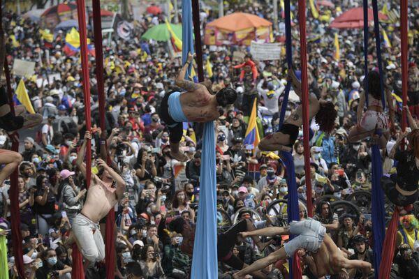 Gli artisti si esibiscono mentre prendono parte a una protesta contro il governo del presidente colombiano Iván Duque Márquez, a Bogotà il 15 maggio 2021. - Sputnik Italia