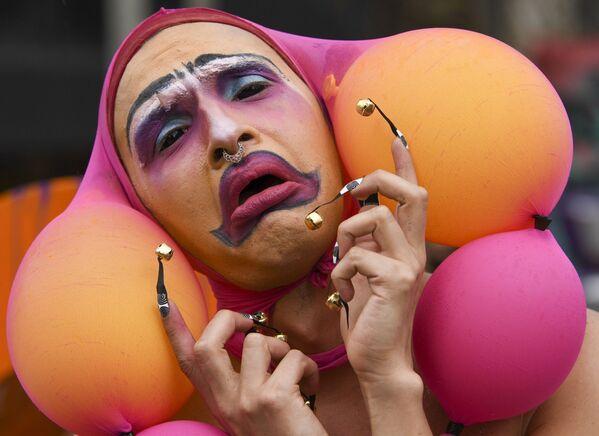 Un membro della comunità LGBT prende parte a una protesta contro il governo del presidente colombiano Iván Duque Márquez a Bogotà il 16 maggio 2021. - Sputnik Italia