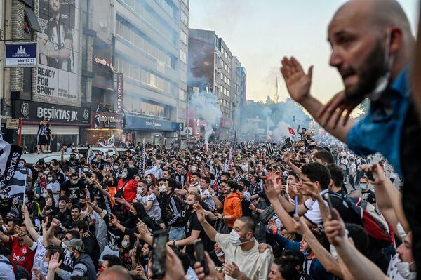 I tifosi del Besiktas festeggiano la vittoria della Super League turca a Istanbul, il 19 maggio 2021. - Sputnik Italia