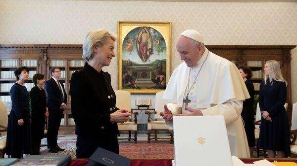 Папа Франциск принимает президента Еврокомиссии Урсулу фон дер Ляйен на аудиенции в Ватикане - Sputnik Italia