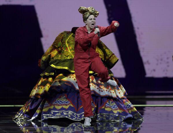 """La cantante russa Manizha presenta la sua canzone """"Russian Woman"""" durante la finale della 65a edizione dell'Eurovision Song Contest 2021, all'Ahoy Arena di Rotterdam, 22 maggio 2021 - Sputnik Italia"""