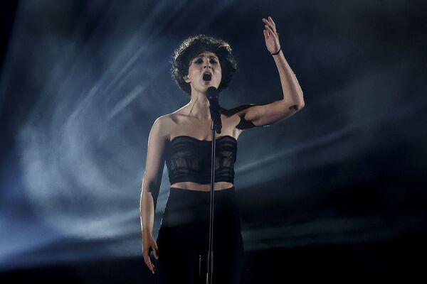 La cantante francese Barbara Pravi si esibisce durante la finale della 65a edizione dell'Eurovision Song Contest 2021, all'Ahoy Arena di Rotterdam, 22 maggio 2021 - Sputnik Italia