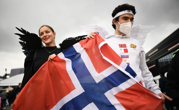 I tifoso con la bandiera norvegese presso l'Ahoy Arena di Rotterdam prima dell'inizio della finale della 65a edizione dell'Eurovision Song Contest 2021, all'Ahoy Arena di Rotterdam, 22 maggio 2021 - Sputnik Italia