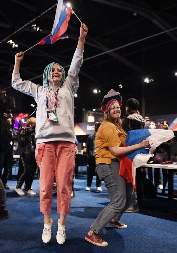 I giornalisti russi nel corso dell'esibizione della cantante russa Manizha  durante la finale della 65a edizione dell'Eurovision Song Contest 2021, all'Ahoy Arena di Rotterdam, 22 maggio 2021 - Sputnik Italia