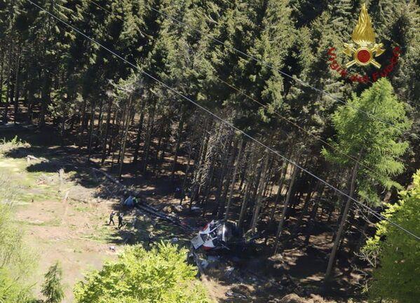 La cabina è precipitata al suolo in uno dei punti più alti del tragitto, a 100 metri dall'ultimo pilone e a 300 metri dalla vetta. - Sputnik Italia